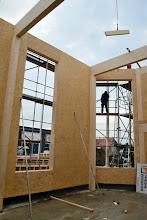 Photo: 08-11-2012 © ervanofoto Er is gisterenavond nog flink doorgewerkt. De vormen van onze showroom zijn nu duidelijk zichtbaar. Zicht op de doorlopende ramen van de showroom.