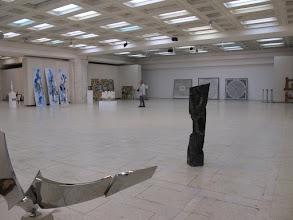 Photo: Rou3S122-151001Bucarest, Parlement, salles expo d'art, en attendant contrôle IMG_8624