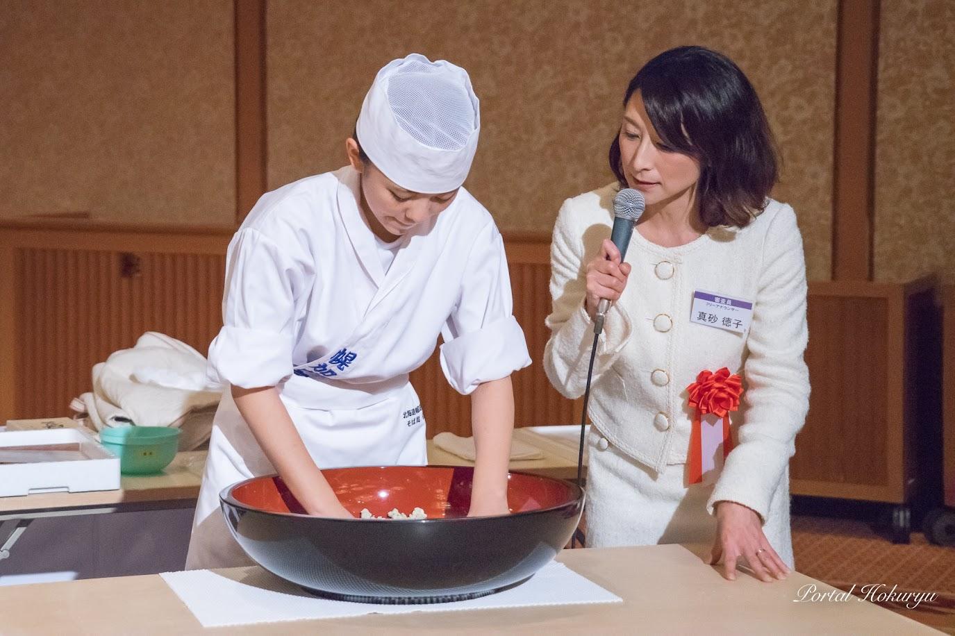 幌加内高校蕎麦打ちの実演・真砂徳子アナウンサー実況