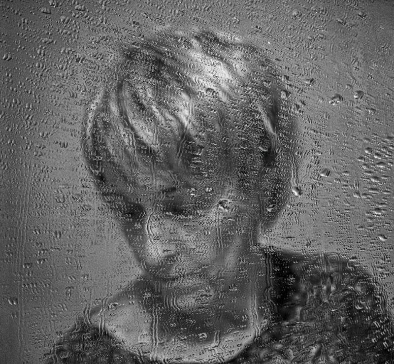 """Allo specchio...""""C'è chi aspetta la pioggia per non piangere da solo"""" -F. De Andrè di elisabetta_de_carli"""
