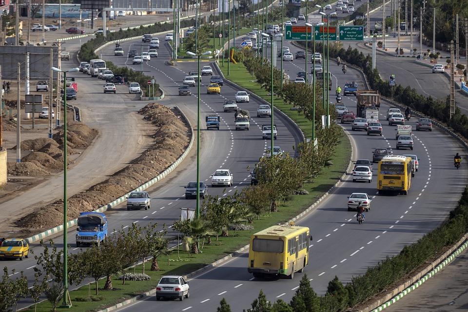 Automóveis e ônibus trafegando pela avenida