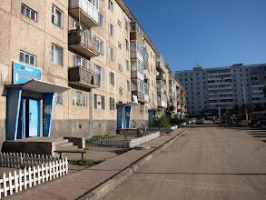 Photo: Ulan Bator (ou Ulaan Baatar) - libérée de la tutelle soviétique depuis seulement 1990 (dès la chute du Mur), la capitale Ulan Bator reste fortement marquée par le style architectural russe, avec ses immeubles en béton monoblocs à la plomberie en acier soudé. Notre Guest House était située dans l'un deux, dans un appartement reconverti en accueil temporaire de touristes.