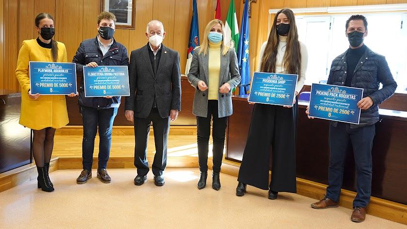 Ganadores del Concurso de Escaparates de Navidad recibiendo sus premios.