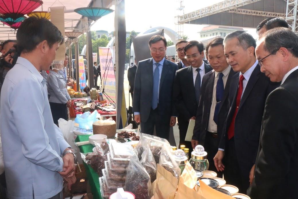 """Các đại biểu tham quan quầy trưng bày các đặc sản vùng miền, ẩm thực đặc sắc của tỉnh Nghệ An và nước bạn Lào tại Ngày hội """"Thắm tình hữu nghị đặc biệt Việt Nam - Lào"""" năm 2019 - Ảnh: Phạm Thủy"""