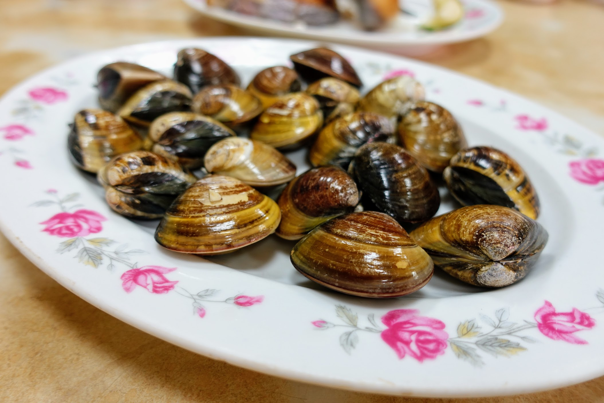 鹽烤蛤蠣,看起來都沒開,實際上都是熟透的,中間都有蛤蠣湯汁