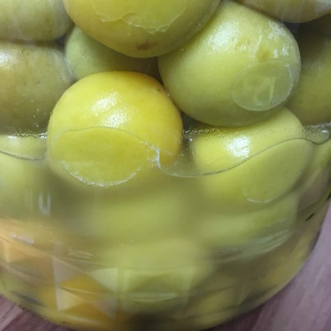 正常に梅酢に使っていないため、白く濁ってカビが見える梅酢。