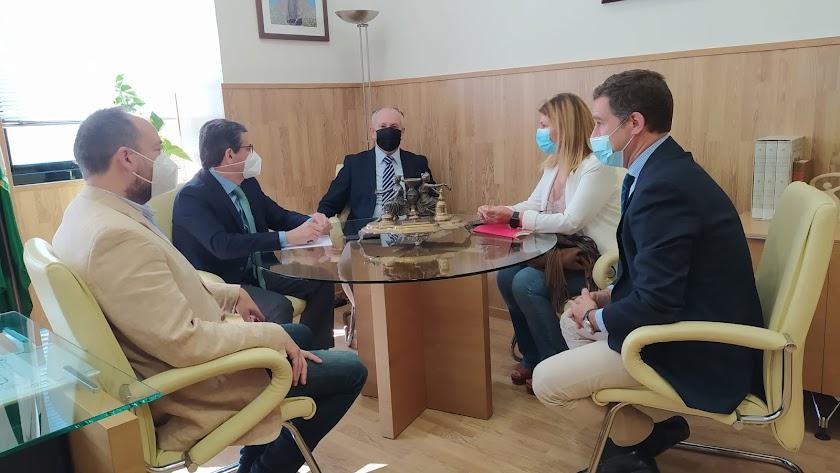 Imagen de la reunión entre el presidente de la Audiencia Provincial y los diputados populares.