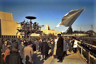 Photo: 002 - Der Friedensapostel Max Daetwyler an der Expo mit seiner grossen, weissen Friedensfahne