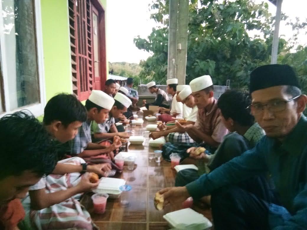 Laksanakan Agenda Rutin PT. BPR Tanadoang Berbagi dengan Santriwan Pondok Takhfidz Al Qur'an Babussalam