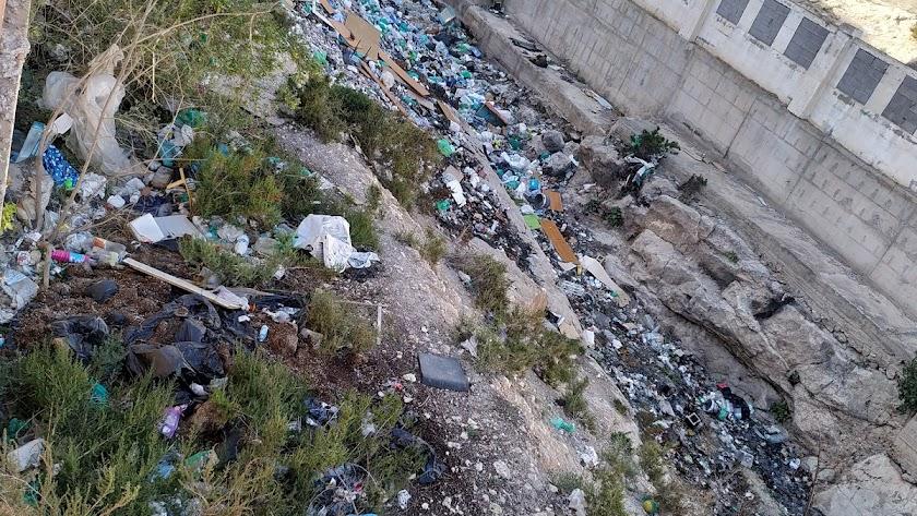 Basuras acumuladas en el cauce del Barranco del Caballar