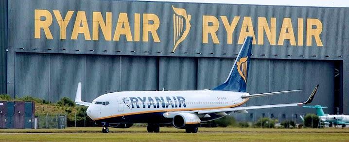 Ryanair Boeing vor Ryanair Hangar.