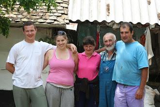 """Photo: A fogadó gazda és családja a """"kalandorokkal"""""""