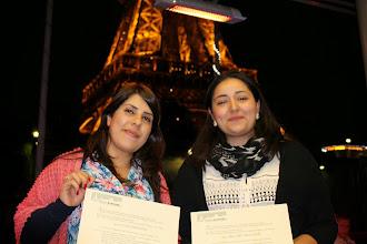 Photo: Remise des certificats au pieds de la Tour Eiffel