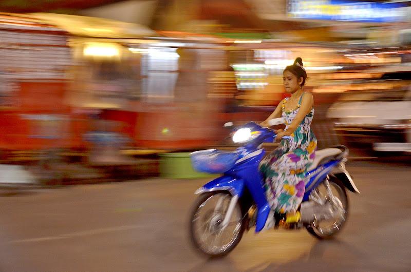 No helmet, Chiangmai, Thailand di Thaworndee Tong