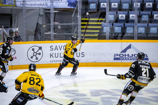 Aleksi Klemetti pääsi tuulettamaan tekemäänsä 2-0-johtomaalia toisen erän alkuhetkillä. (Kuva: Ukko Juntunen)
