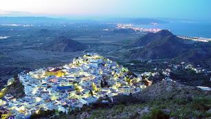 Vista aérea del pueblo de Mojácar al anochecer.