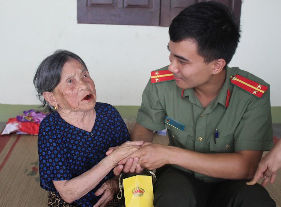 Công an huyện thường xuyên quan tâm công tác đền ơn đáp nghĩa, thăm hỏi bà mẹ Việt Nam anh hùng, các gia đình chính sách, có công với cách mạng