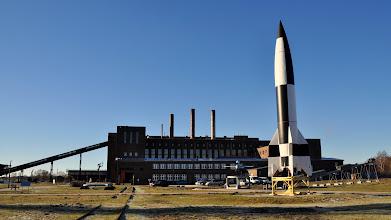 Photo: Ogólny widok na muzeum - po prawej rakieta V-2, w tle elektrownia zasilająca bazę (działała jeszcze wiele lat po wojnie !)