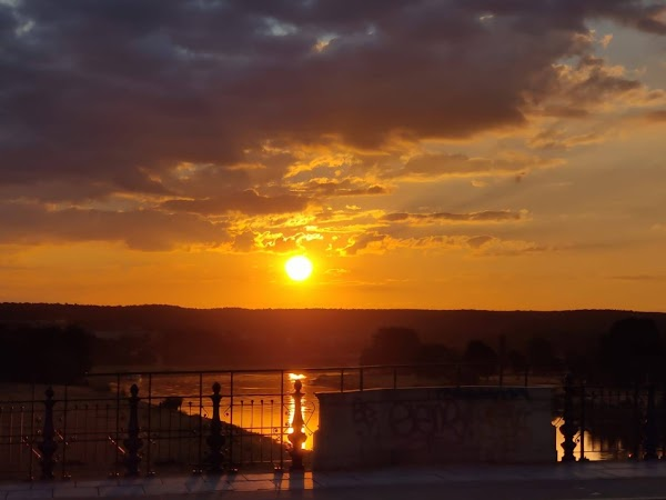 Dresden Morgensonne Elbe Albertbruecke roter Himmel Wolken