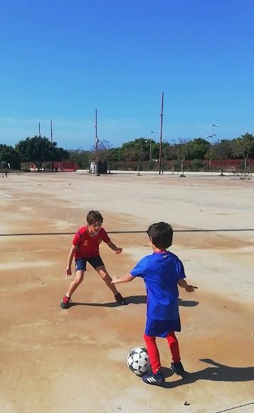 Jugando al fútbol con las camisetas de la Selección y Athletic de Bilbao.