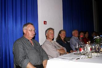 Photo: Vorne links. Die beiden Moderatoren