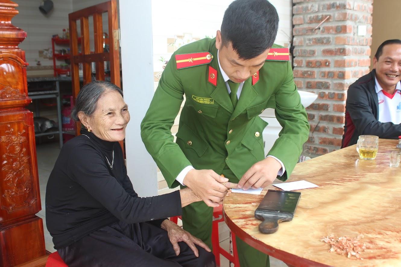 CBCS đến tận nhà cấp CMND cho bà Nguyễn Thị Cường (SN 1951) – trường hợp ốm đau, bệnh tật