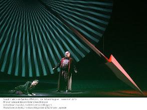 Photo: PARSIFAL in Genf (März 2010). Inszenierung Roland Aeschlimann. Zu unserem Bericht von Dr. Klaus Billand. 2. Aufzug: Lioba Braun (Kundry), Andrew Greenan (Klingsor). Photo-Copyright: GTG Vincent Lepresle