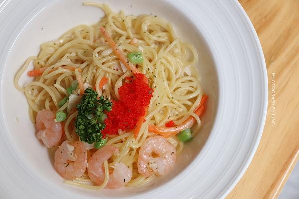 輕工業風不限時咖啡廳-台北車站商圈巷弄美食-中西合併餐點多樣選擇。