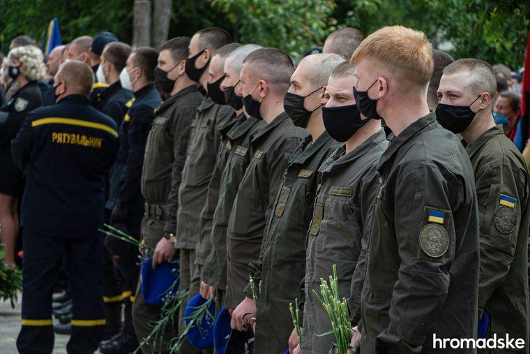 Нацгвардійці на церемонії прощання з командиром батальйону поліції «Луганськ-1» Сергієм Губановим у Сєвєродонецьку, Луганська область, 22 травня 2020 року