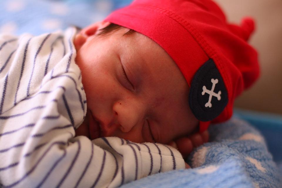 małe śpiące dziecko w czapce