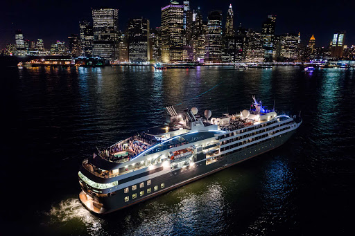 Ponant-New-York-Manhattan2.jpg - Love this shot of a Ponant ship with the magnificent skyline of Manhattan at night.