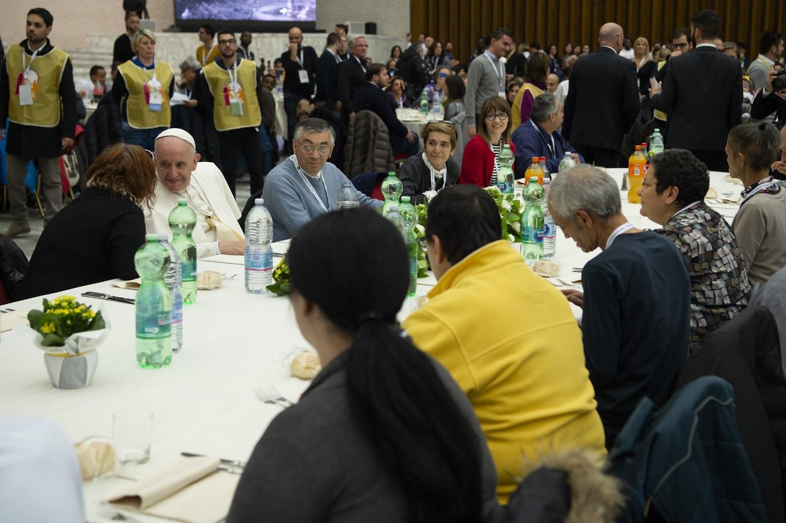 Đức Thánh Cha Phanxico dùng bữa với 1500 người nghèo tại Vatican