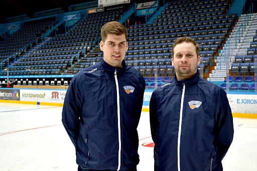 Vesa Petäjä (vasemmalla) ja Toni Pasuri ovat tehneet ansiokasta tytä Pelicansin A-nuorten peräsimessä.