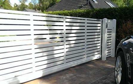 Забор из металлического штакетника горизонтального