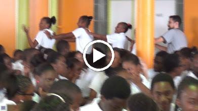 Video: Sensemaya à Fort de France (Martinica) La Cucaracha y la Bamba : élèves et profs du Collège Dillon 2