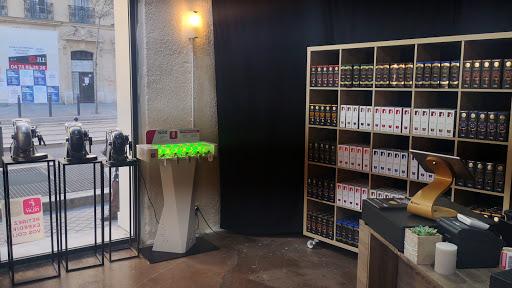 COFFEE SHOP marseille station de recharge smartphone mis à disposition