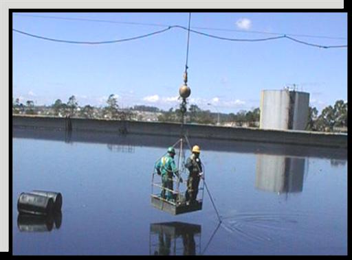 lagoa de água contaminada com óleo