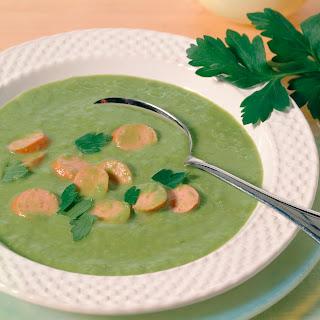 Erbsencreme Suppe mit Wurst und Knoblauchbrot