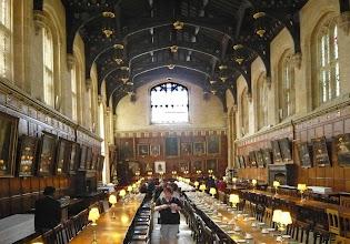 Photo: Speisesaal im Christ Church College Beim Besuch im Christ Church College haben viele ein Déjà-vu-Erlebnis: Mit der Ahnengalerie an den Wänden und den langen Tafeln diente er als Vorbild für den Speisesaal von Hogwarths im ersten Harry Potter Film.