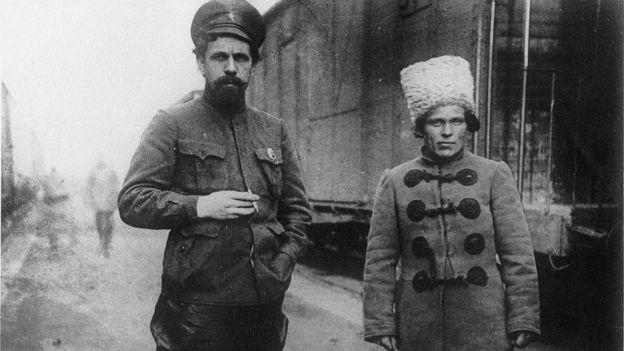 Нестор Махно (справа) и красный командарм Павел Дыбенко (лето 1919 года)