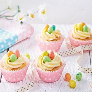 Luchtige Paascupcakes Met Vogelnestjes Van Crème
