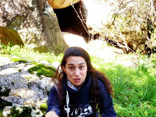 Voutsides Ikaria winter falls 18: Πεζούλι, σπηλιά, κορίτσι, χαμόγελο.