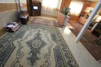Photo: Nuostabus iranietiškas namų stilius - mažai baldų, daug kilimų.  Wonderful Irianian houses - little furniture, many carpets.