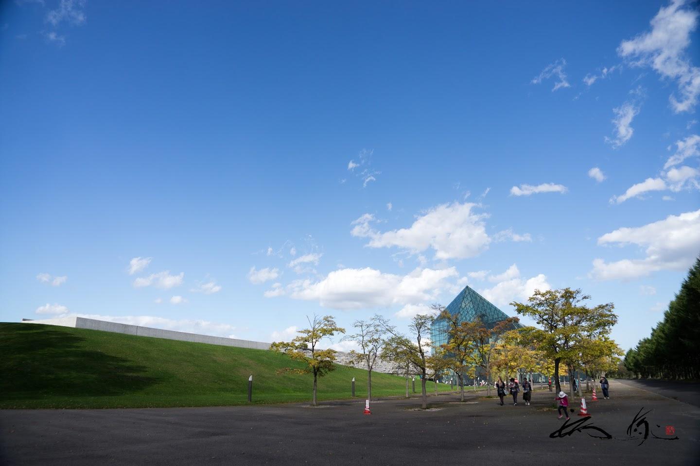 ガラスのピラミッドのある風景