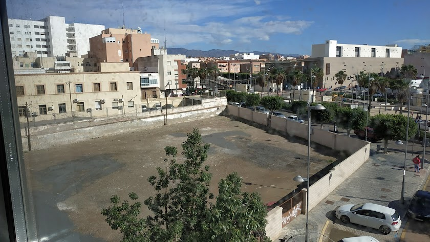 Solar del antiguo sanatorio del \'18 de julio\' visto desde la biblioteca municipal \'José María Artero\'.