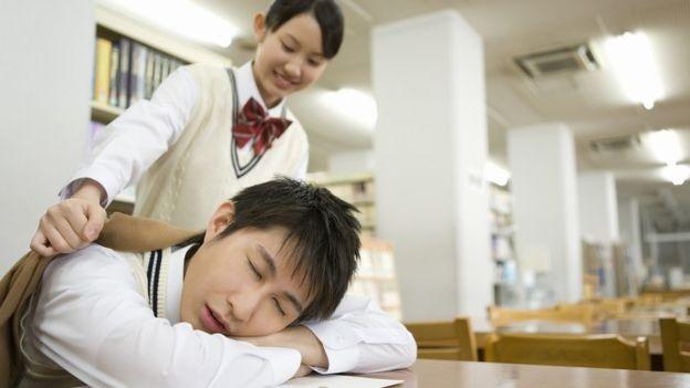 Спящий за партой ученик