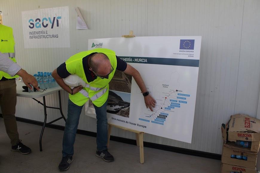 Explicando sobre el mapa la situación de la obra.
