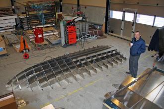 """Photo: Klar til at vende """"spantekonstruktionen"""" om og løfte den op i båden"""