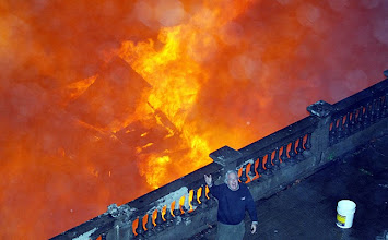 Photo: A man shouts for help in extinguishing a large fire from five burning houses in the center of Vina del Mar city, about 75 miles(121 Km) of Santiago, June 4, 2009. REUTERS/Eliseo Fernandez  (CHILE DISASTER IMAGES OF THE DAY)