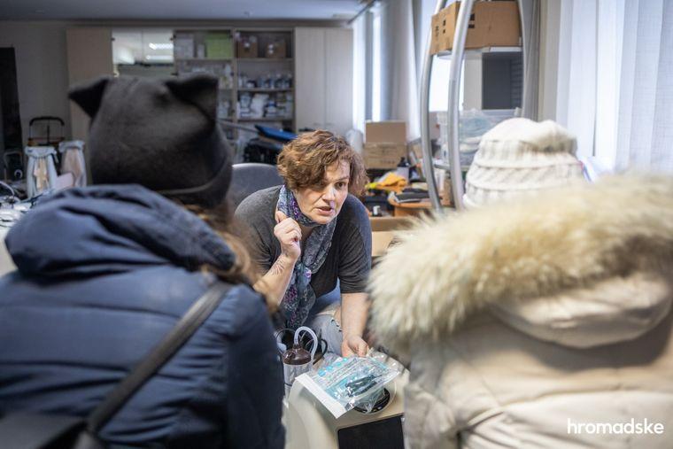 Соучредитель благотворительного фонда «Свои» Леся Литвинова объясняет, как правильно пользоваться кислородным концентратором родственницам человека, который заболел тяжелой формой коронавируса, 23 марта 2021 года